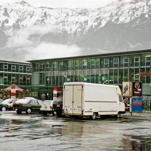 Interlaken Ost Bahnhofplatz bis 1999 mit Parkplätzen